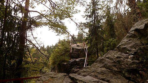 Pohled na skalní útvar Čertův stolek.